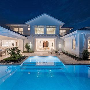Diseño de casa de la piscina y piscina contemporánea, extra grande, a medida, en patio trasero, con suelo de baldosas