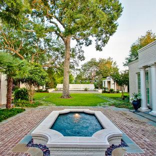 Immagine di una grande piscina contemporanea personalizzata dietro casa con una dépendance a bordo piscina e pavimentazioni in pietra naturale