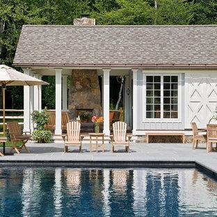 Diseño de casa de la piscina y piscina de estilo de casa de campo, rectangular, con adoquines de hormigón