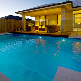 Imagen de piscina alargada, asiática, de tamaño medio, rectangular, en patio trasero, con adoquines de hormigón