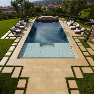 Diseño de casa de la piscina y piscina alargada, mediterránea, grande, rectangular, en patio lateral, con adoquines de hormigón