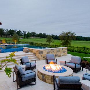 Großer Klassischer Infinity-Pool hinter dem Haus in individueller Form mit Wasserspiel und Natursteinplatten in Dallas