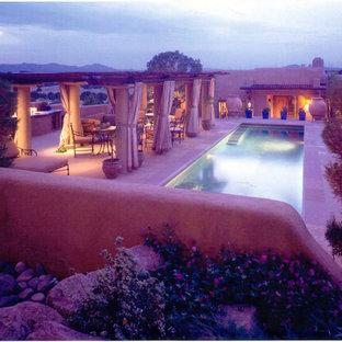 Foto de casa de la piscina y piscina alargada, de estilo americano, grande, rectangular, en patio trasero, con adoquines de piedra natural