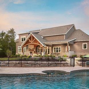 Imagen de piscinas y jacuzzis clásicos, tipo riñón, en patio trasero