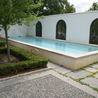 Ispirazione per una grande piscina fuori terra moderna rettangolare in cortile con fontane e pavimentazioni in cemento