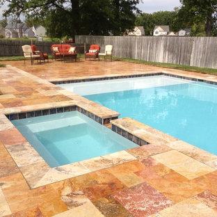 Foto de piscinas y jacuzzis actuales, de tamaño medio, rectangulares, en patio trasero, con suelo de baldosas