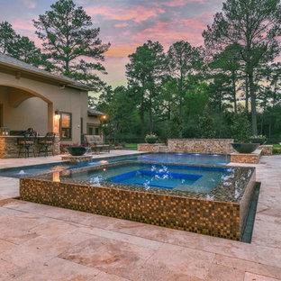 Diseño de piscinas y jacuzzis alargados, clásicos renovados, de tamaño medio, rectangulares, en patio trasero, con suelo de baldosas