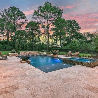 Modelo de piscinas y jacuzzis alargados, clásicos renovados, de tamaño medio, rectangulares, en patio trasero, con suelo de baldosas
