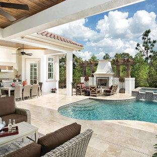 Imagen de piscina con fuente mediterránea, de tamaño medio, a medida, en patio trasero, con adoquines de piedra natural