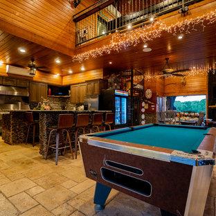 Esempio di un'ampia piscina personalizzata dietro casa con una dépendance a bordo piscina e piastrelle