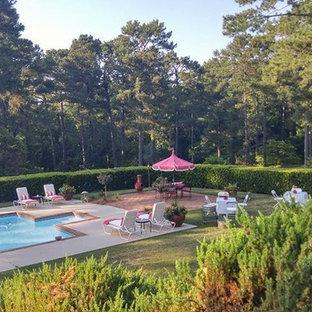 Ejemplo de piscina con fuente alargada, romántica, grande, rectangular, en patio trasero, con adoquines de hormigón