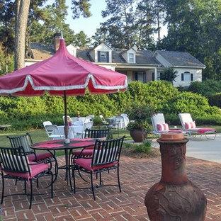 Großer Shabby-Chic-Style Lap-Pool hinter dem Haus in rechteckiger Form mit Wasserspiel und Pflasterklinker in Atlanta