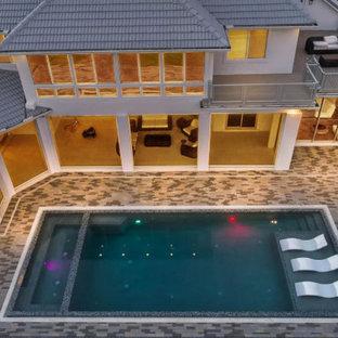 Foto de piscinas y jacuzzis románticos, grandes, rectangulares, en patio trasero, con adoquines de ladrillo