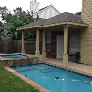 Diseño de piscinas y jacuzzis naturales, de estilo americano, pequeños, rectangulares, en patio trasero, con losas de hormigón