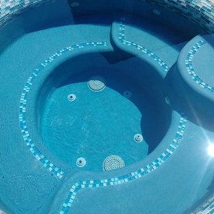Ejemplo de piscinas y jacuzzis naturales, mediterráneos, pequeños, a medida, en patio trasero, con suelo de hormigón estampado