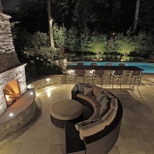 Inspiration pour une très grande piscine arrière traditionnelle sur mesure avec du carrelage.