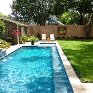 Diseño de piscina con fuente alargada, tradicional, de tamaño medio, en forma de L, en patio trasero, con adoquines de hormigón