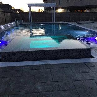 Modelo de piscinas y jacuzzis minimalistas, grandes, a medida, en patio trasero, con suelo de hormigón estampado