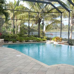 Diseño de piscinas y jacuzzis infinitos, tropicales, grandes, a medida, en patio trasero, con suelo de baldosas