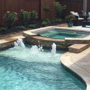 Diseño de piscinas y jacuzzis naturales, tradicionales renovados, de tamaño medio, rectangulares, en patio trasero, con losas de hormigón