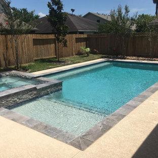Imagen de piscinas y jacuzzis clásicos renovados, de tamaño medio, rectangulares, en patio trasero, con losas de hormigón