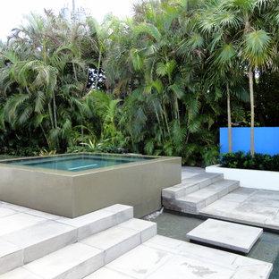 Esempio di una grande piscina minimal dietro casa con una vasca idromassaggio