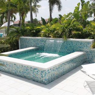 Foto de piscinas y jacuzzis elevados, modernos, pequeños, rectangulares, en patio trasero, con adoquines de hormigón