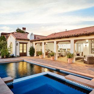 Diseño de piscina alargada, mediterránea, de tamaño medio, rectangular, en patio trasero, con adoquines de piedra natural