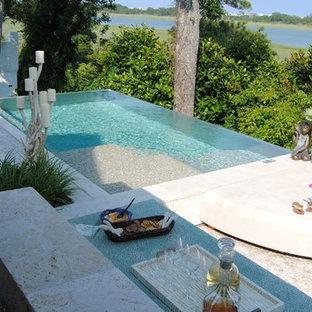 Imagen de piscinas y jacuzzis infinitos, contemporáneos, grandes, rectangulares, en patio trasero, con suelo de baldosas