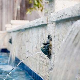 ダラスの中サイズの長方形トロピカルスタイルのおしゃれな裏庭プール (天然石敷き) の写真