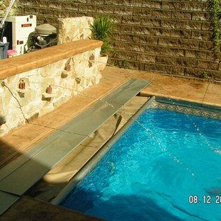 Foto de piscina con fuente rústica en patio trasero