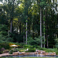 Contemporary Pool by Plusen Landscape Architects