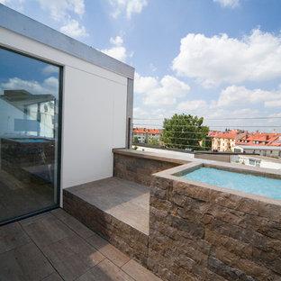 Diseño de piscina elevada, contemporánea, pequeña, rectangular, en azotea, con adoquines de piedra natural
