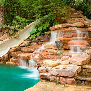 Diseño de casa de la piscina y piscina natural, rústica, grande, a medida, en patio trasero, con adoquines de piedra natural