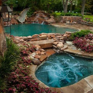 Modelo de casa de la piscina y piscina natural, rústica, grande, a medida, en patio trasero, con adoquines de piedra natural