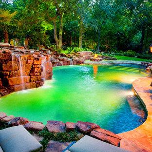 Immagine di una grande piscina naturale stile rurale personalizzata dietro casa con una dépendance a bordo piscina e pavimentazioni in pietra naturale