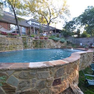 Diseño de piscina con fuente natural, rural, grande, a medida, en patio trasero, con adoquines de piedra natural