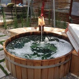 Diseño de piscinas y jacuzzis elevados, eclécticos, pequeños, redondeados, en patio trasero, con entablado