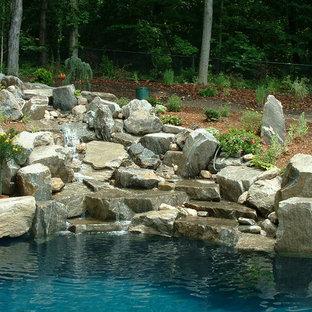 Imagen de piscina con fuente natural, de estilo americano, grande, a medida, en patio trasero, con adoquines de piedra natural