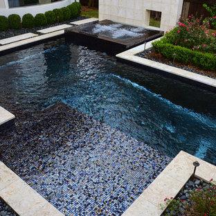 Modelo de piscinas y jacuzzis retro, grandes, a medida, en patio trasero, con suelo de baldosas
