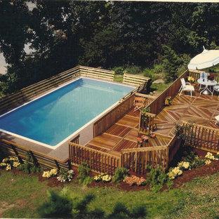 Modelo de piscina elevada, minimalista, de tamaño medio, rectangular, en patio trasero, con entablado