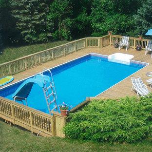 Idées déco pour une piscine sur une terrasse en bois arrière et hors-sol moderne de taille moyenne et rectangle avec un toboggan.
