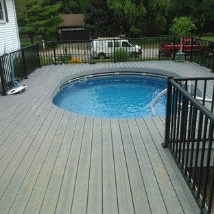 Modelo de piscina elevada, clásica, grande, a medida, en patio lateral, con entablado