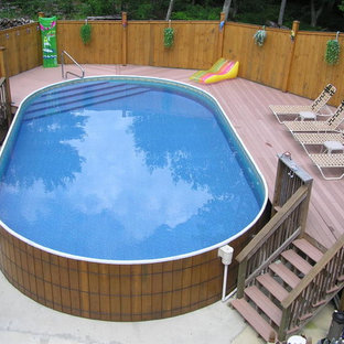 Ejemplo de piscina elevada, mediterránea, redondeada, en patio trasero, con losas de hormigón