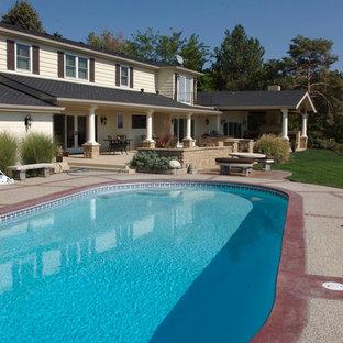 Ejemplo de piscina natural, clásica renovada, grande, redondeada, en patio trasero, con gravilla