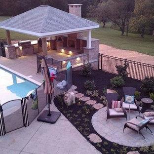 Diseño de casa de la piscina y piscina alargada, clásica, de tamaño medio, rectangular, en patio trasero, con suelo de hormigón estampado