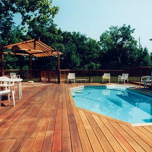 Новые идеи обустройства дома: большой бассейн произвольной формы на заднем дворе в средиземноморском стиле с настилом