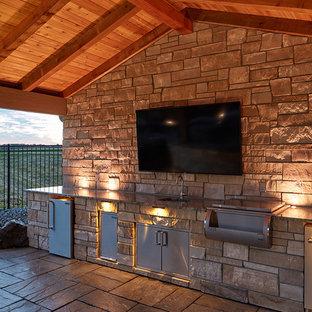 Modelo de casa de la piscina y piscina a medida, en patio trasero, con adoquines de piedra natural