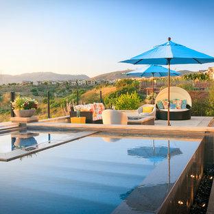 Ejemplo de piscina con fuente elevada, tradicional renovada, rectangular, en patio trasero