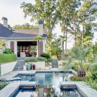 Неиссякаемый источник вдохновения для домашнего уюта: бассейн произвольной формы в средиземноморском стиле с джакузи